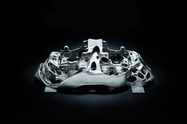 画像: 3Dプリンターで生産されるチタン製モノブロックブレーキキャリパーは世界初。