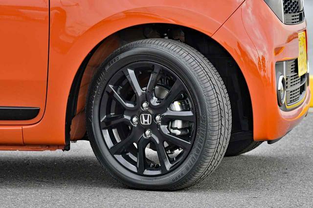 画像: 165/55R15のBS B250をブラックのアルミホイールに履く。
