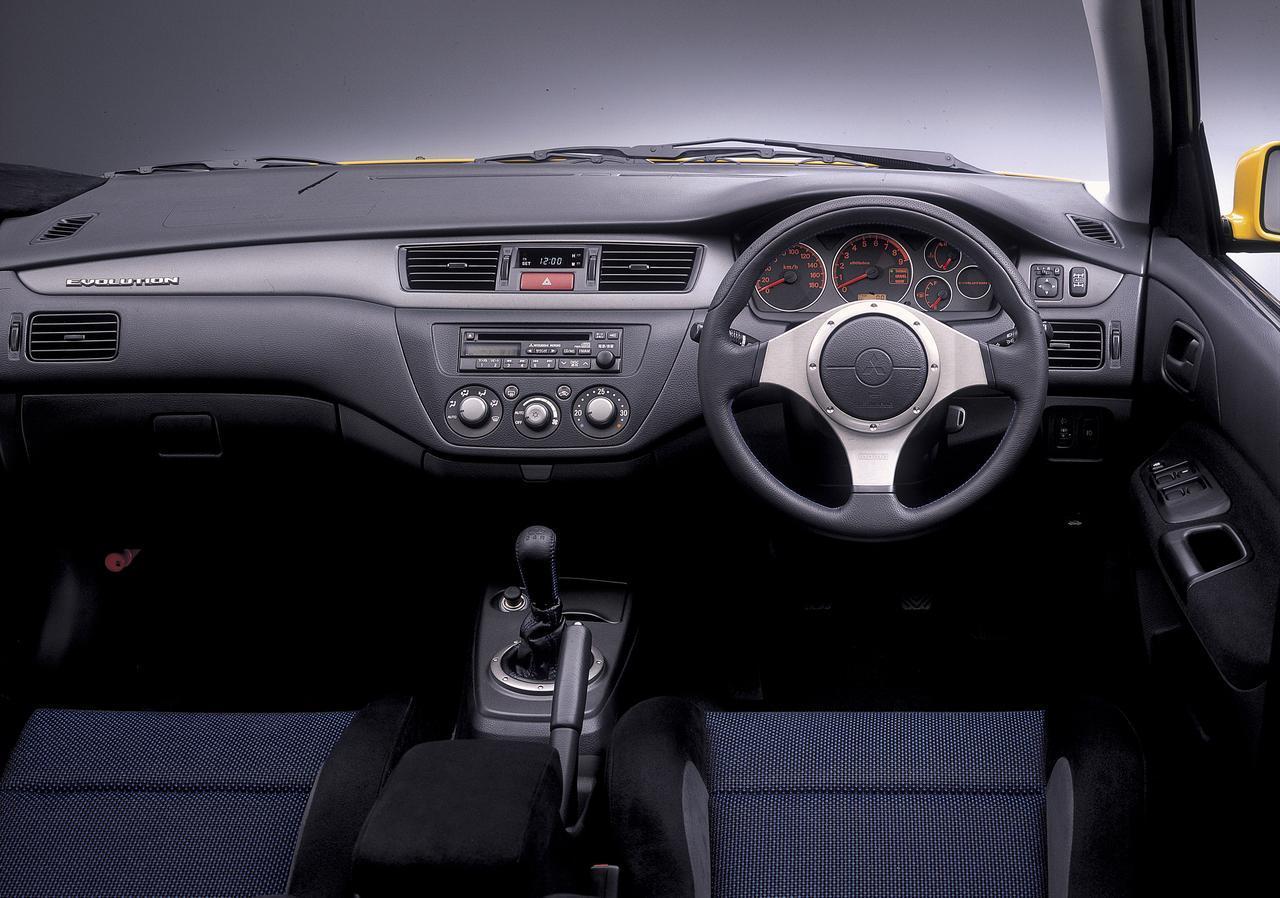 画像: トランスミッションは5速MT。新デザインの MOMO 製本革巻 3 本スポークステアリングホイールとなる。