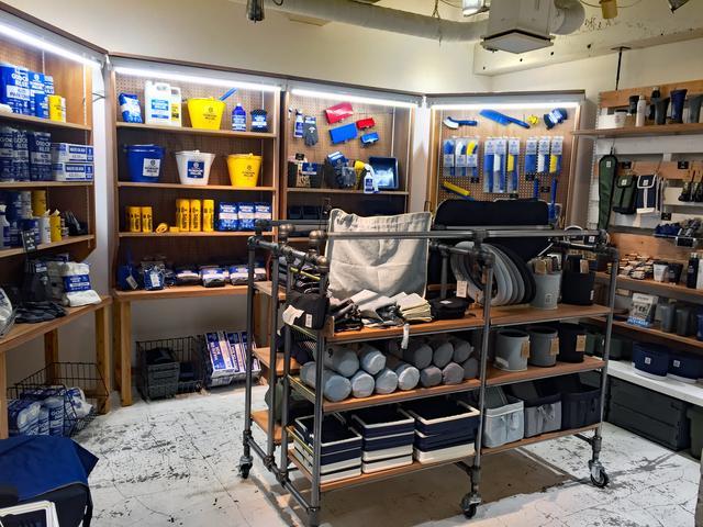画像: オートバックス店でも取り扱っている「ゴードンミラー」のカーケアグッズ類も販売している。