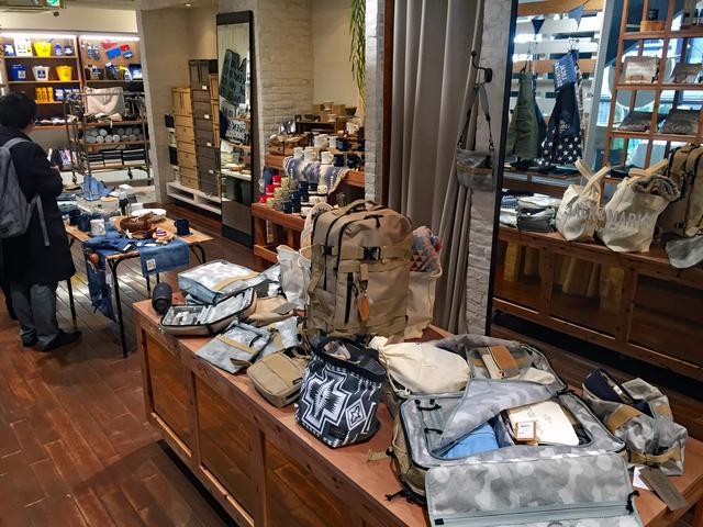 画像: 店内中央には、ウインターリゾートをテーマにしたバッグ類などを陳列。