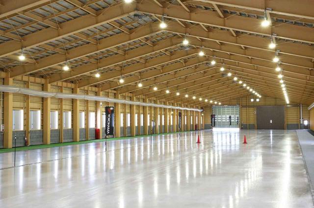 画像: 積雪などによる氷盤の状態悪化なども防ぐことができるのが屋内のメリット。温度管理もしやすく、風や天候による試験データの狂いも少ない。