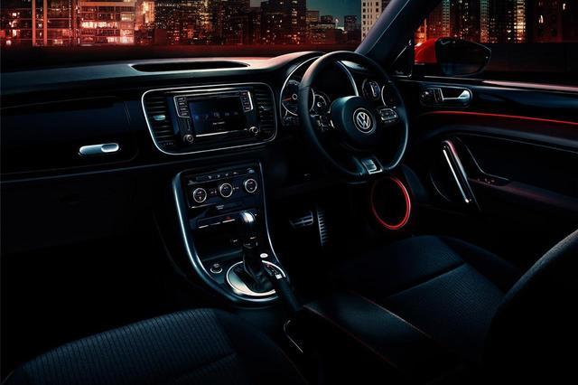 画像: シートやコンソールには赤いステッチが入る。