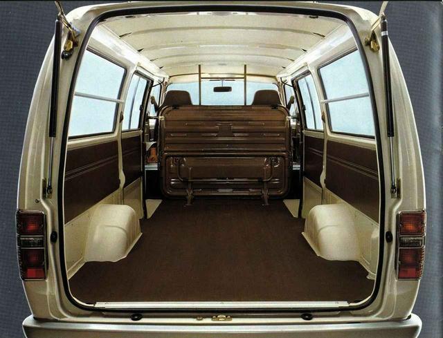 画像: ロングバン3/6人乗り+1000/850kg積5ドアの荷室。キャッチコピーは「荷室の広さは仕事の広さ」だった。