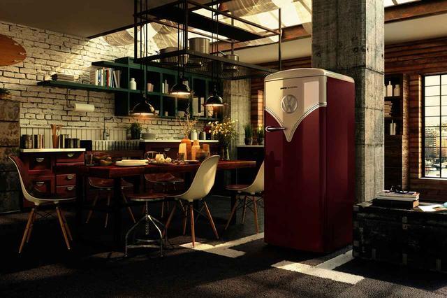 画像: このワーゲンバス冷蔵庫のカラーは「バーガンディ」。