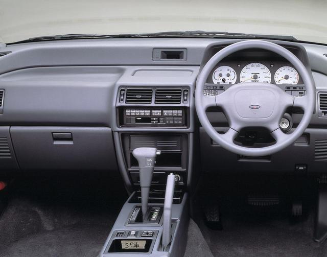 画像: RVRのインパネ。ホワイトメーターがオシャレだ。これはオフィシャル写真なのだが、「5号車」のシールは何を意味する!?