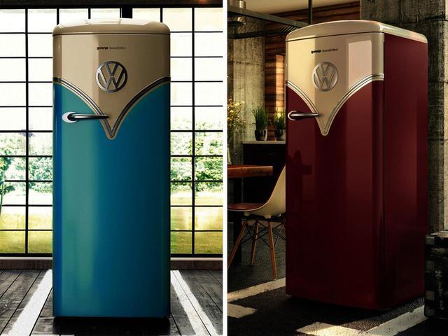 画像: ワーゲンバス冷蔵庫のカラーは2色。ベイビーブルー(左)とバーガンディ(右)だ。