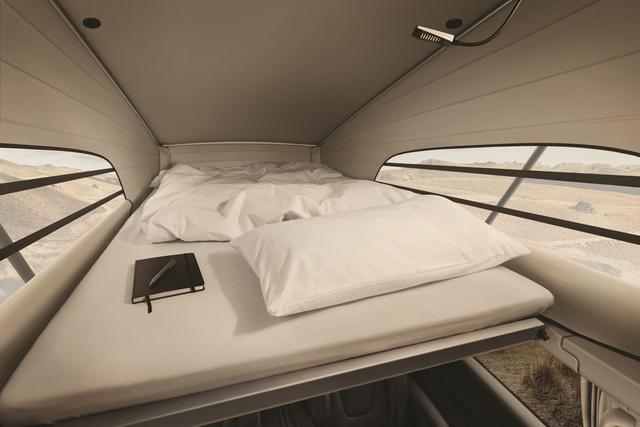 画像: 2名が横になれるスペースが出現する。ベッドも標準装備。