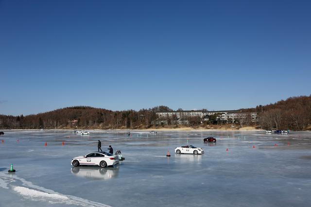 画像: 「20年女神湖で開催しているが、これだけ雪のない状況ははじめてだ」と日下部氏もビックリの湖面状況。