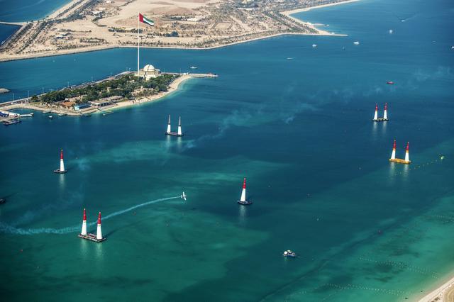 画像: 美しい海上に設営されたコースを2周してタイムを競う。