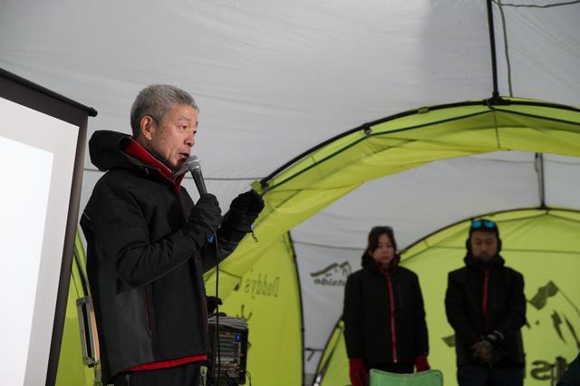 画像: まずは熊沢祥人氏による座学。熊沢校長は以前、増岡 浩氏と一緒に各種ラリーにも参加した「ドライビングのプロ」。ロシアンラリーでは水没も経験したそう。