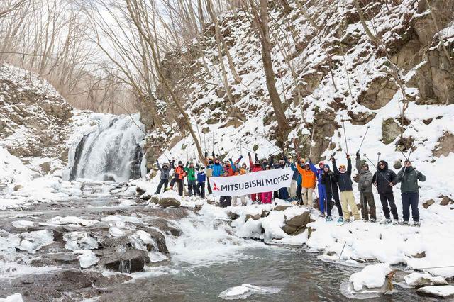 画像: 2時間かけて、目的地の「浅間大滝」に到着。半分凍りついた滝の姿は絶景。