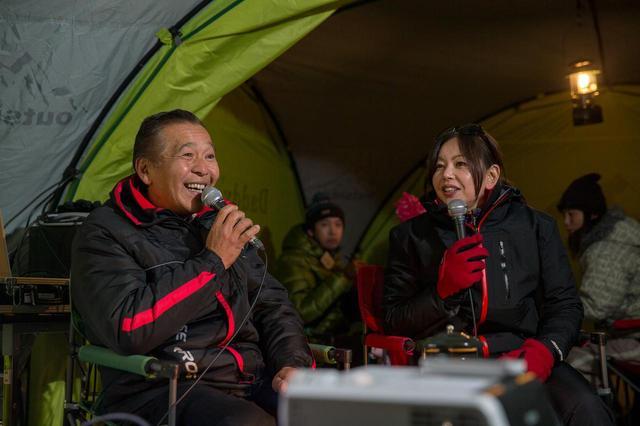画像: 増岡 浩氏のパリダカ裏話に会場は大盛り上がり。モータージャーナリスト竹岡 圭さんも昨シーズンから全日本ラリーに参戦しているが、増岡氏からそんな圭さんにアドバイスも。