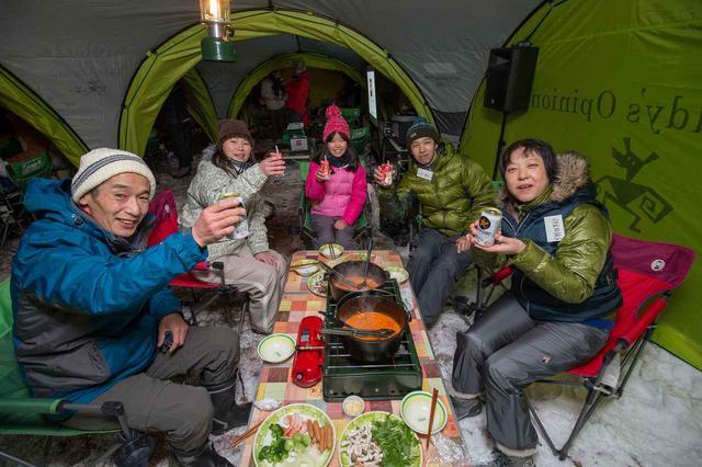 画像: 外はマイナス10℃を下回るほど寒かったが、ディナー会場のテントの中は盛り上がる。知らない人同士でも、デリカD:5オーナーだから話が盛り上がる。