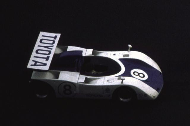 """画像: こちらも5L V8を搭載した""""ニュー7""""。写真は日本CAN-AM優勝の河合稔。日本グランプリではスポイラーだったが、ここでは一枚ウイングとなっている。"""