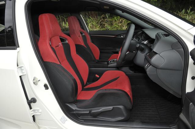 画像: 優れたホールド性とより軽量化を実現するために、シート骨格の刷新とハイテン材の採用した新設計のスポーツシートを開発。