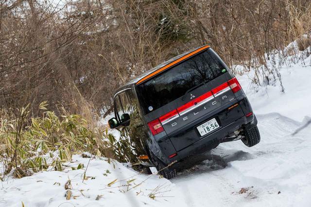 画像: 左前/右後の2輪が浮いている状態でも、4WDオートモードでゆっくりとアクセルを踏んでいけば自然と雪を掴み前に進む。スゴい。