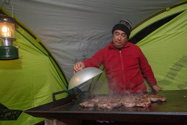 画像: 田中ケン氏が自らアウトドア料理を振る舞った。
