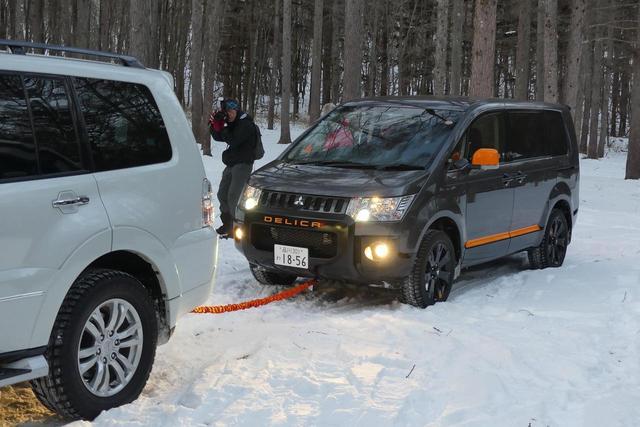 画像: タイヤまわりの雪をどかしてもどうしようもない場合、けん引してもらう方法もレクチャー。ちなみに参加者のうち、雪道走行自体が初めての人が1組、スタック経験のある人が3組いた。