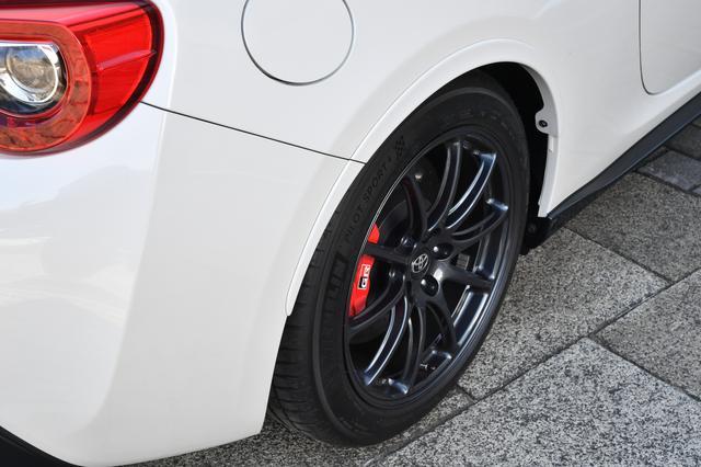画像: リアタイヤは235/45R17と標準より幅広なものを履くために、リアフェンダーにはエクステンションを装着している。
