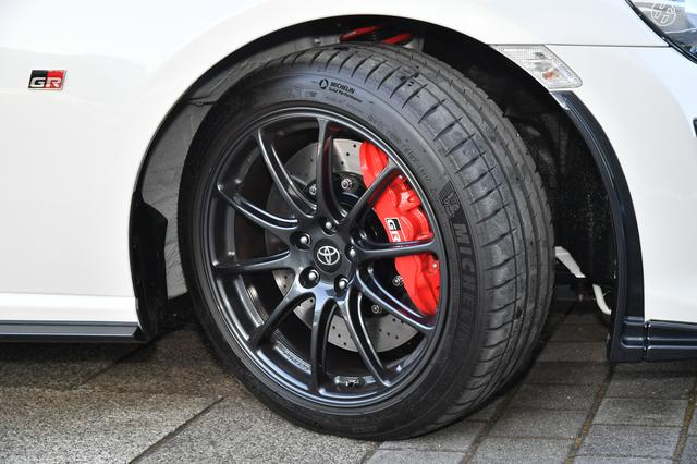 画像: タイヤはミシュラン・パイロットスポーツ4(F:215/45R17・R:235/45R17)を装着。
