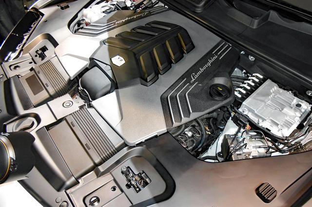 画像: V8ツインターボのエンジン本体はほとんど見えないが、カバーのデザインはけっこう凝っている。