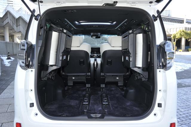 画像: サードシートは左右跳ね上げ式。スプリングを備え軽い操作量で済むようになっている。
