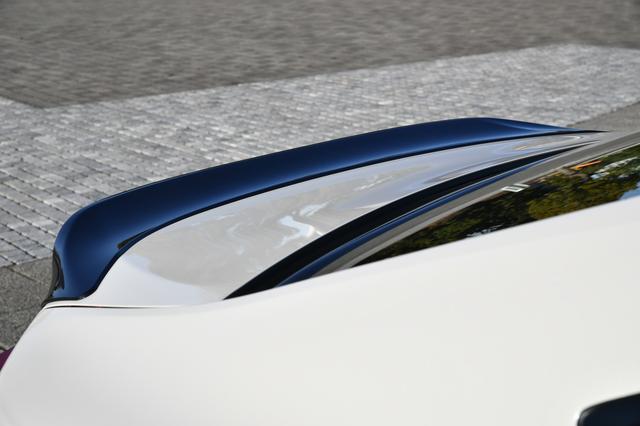 画像: グレーメタリック塗装を施した専用のリアスポイラーは、低めの設定でハデではないところが逆に良い。