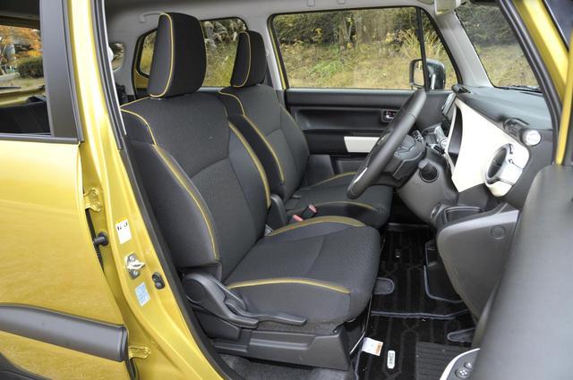 画像: カラーパイピングの入ったフロントシートは、サポートも悪くない。