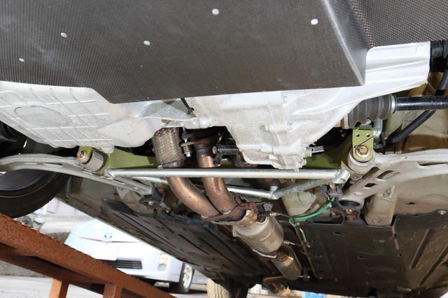 画像: ボディフロント下部には追加のサブフレームを設置。各種の補強はあるがロールバーのような車内への補強はしなくとも十分という。