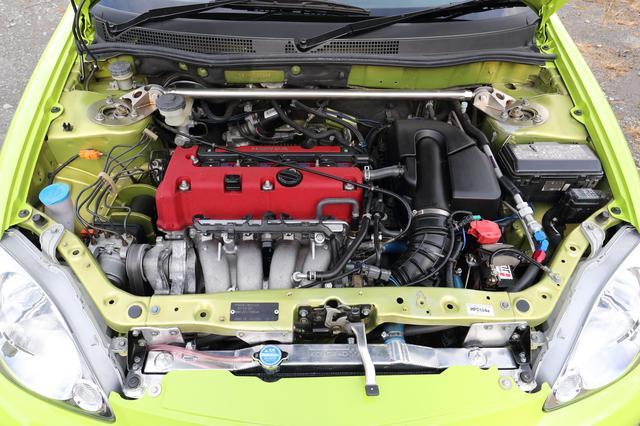 画像: シビックタイプR(FD2)のK20Aエンジンを見事に搭載。大型化したラジエーターを装備し、バッテリーにはレース用の小型軽量のリチウムイオンタイプまで積む。