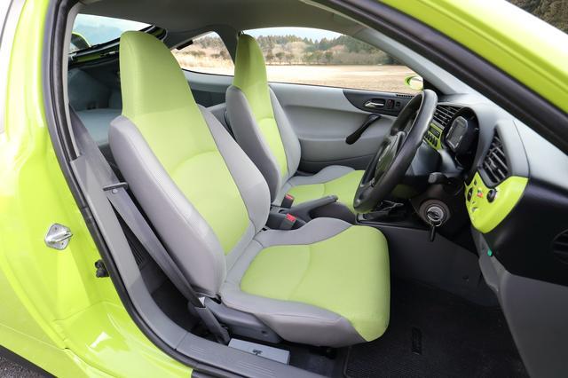 画像: シートはインサイト純正で、ボディ色に合わせたカラーのタイプを装着している。