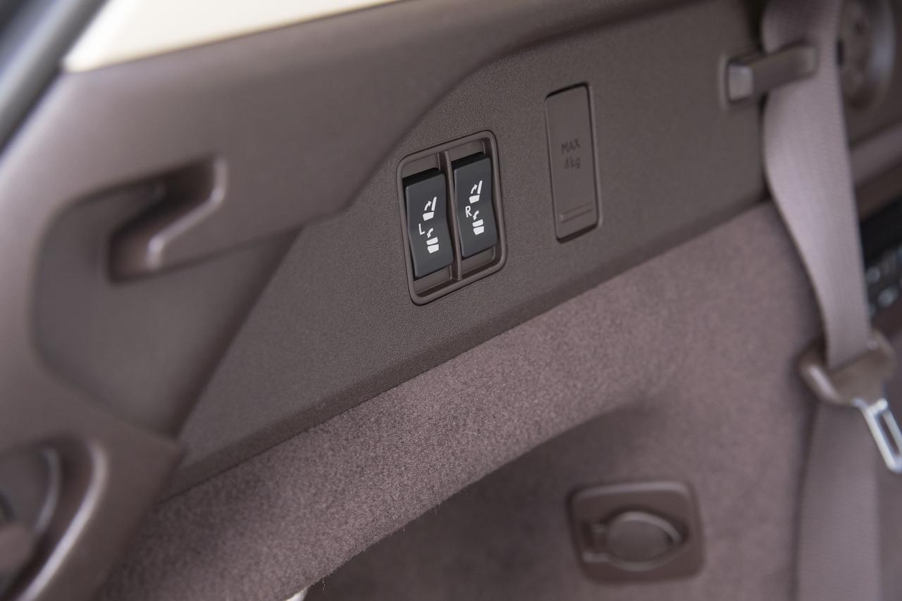 画像: 3列目シートはスイッチ操作だけで格納&展開が可能だ。