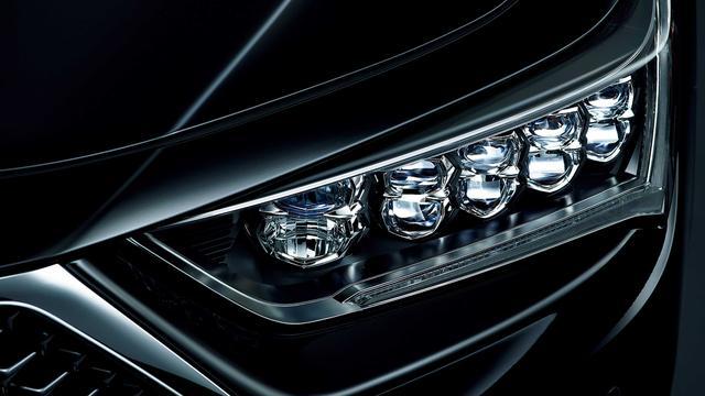 画像: 新型レジェンドの存在感を際立たせるヘッドライトデザイン。