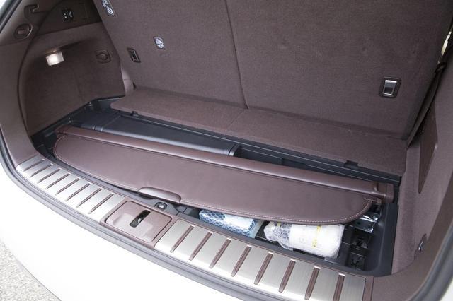 画像: 荷室床下にはトノカバーを収納できるスペースがある。