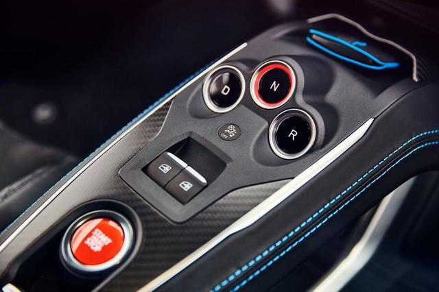 画像: A110にシフトレバーはなく、センターコンソールのボタンによってギアを切り替える。