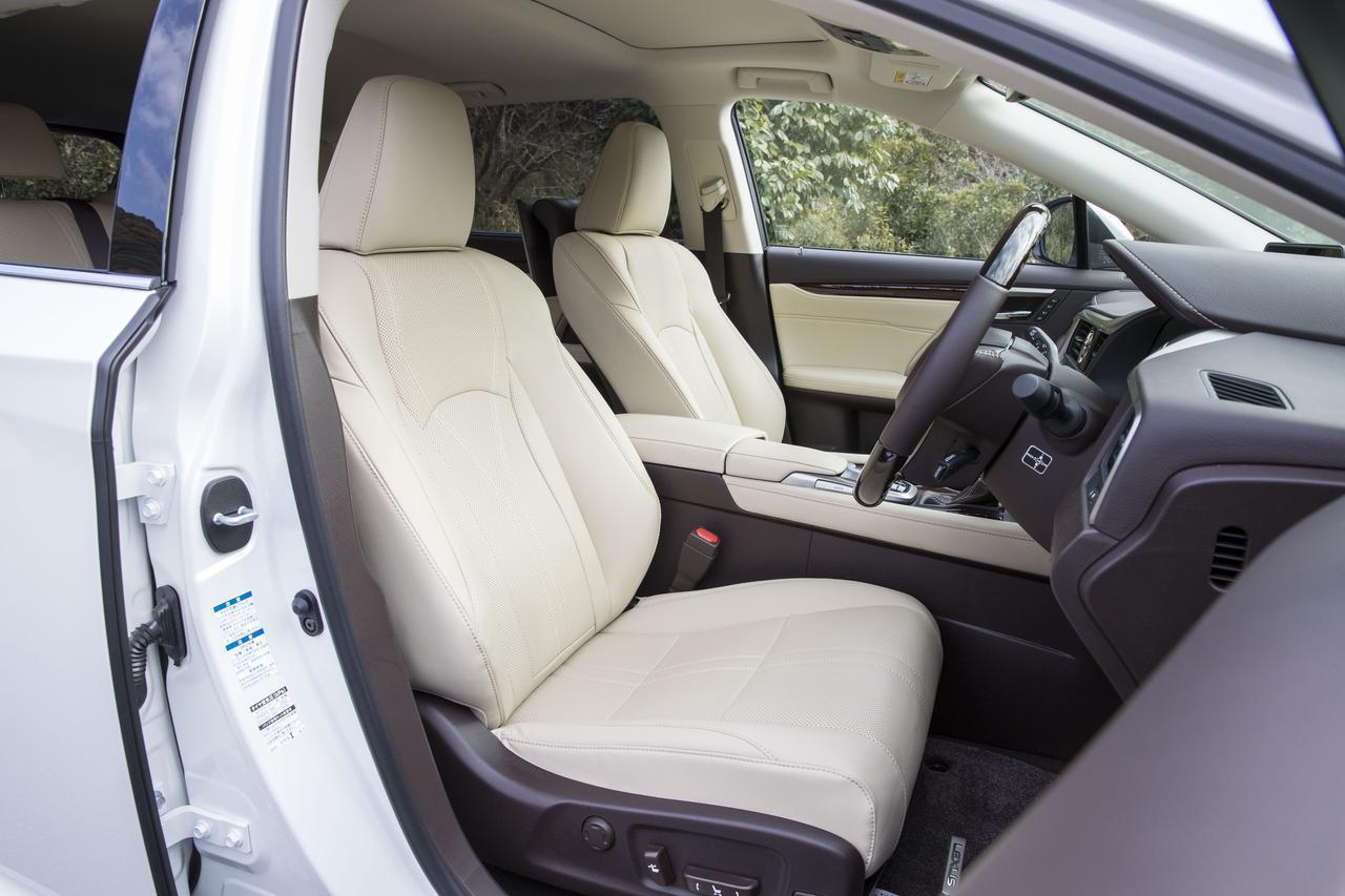 画像: 前席も2列シート車と違いはない。写真のインテリアカラーはアイボリー。