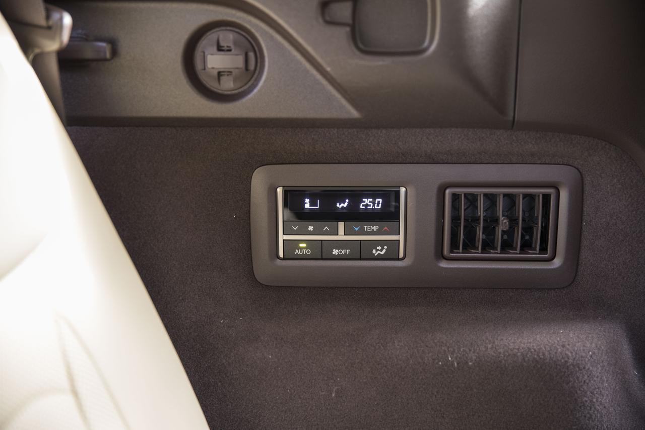 """画像: 3列目シートにもエアコンの送風口と操作パネルを設置するなど、決して """"非常席""""ではない。"""