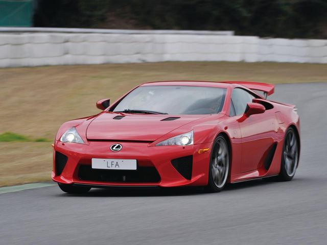 画像: 2010年に登場したレクサスのフラッグシップモデル「LFA」。300km/hオーバーのスーパースポーツはトヨタ2000GTの時代とは隔世の感もある。