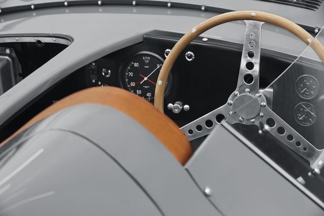 画像: メーター類はレーシングカーらしく視認性抜群。ボディはオールアルミで車重は約1000kg。