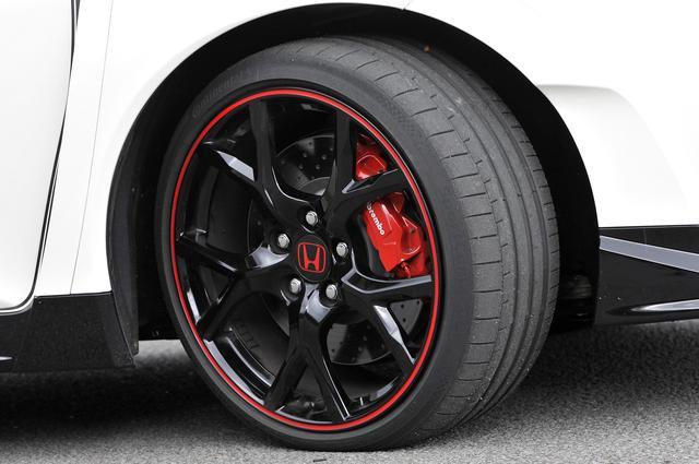 画像: タイヤは235/35ZR19サイズのコンチネンタル製「スポーツコンタクト6」を装着。ブロック剛性の高いトレッドパターンに、高Gに対応するケース剛性を実現する。