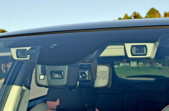 画像: ステレオカメラで車両や人などを検知して運転をサポートしてくれるスバルのアイサイト。