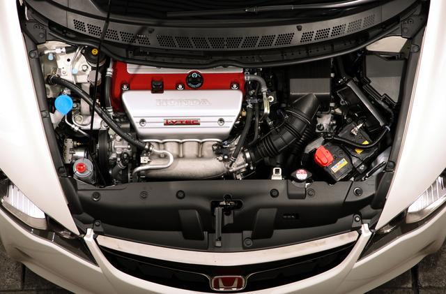 画像: エンジンは2L直4DOHC i-VTECの「K20A」型。DC5型インテグラタイプRのものをベースとしながら、5㎰/0.9kgmの性能向上を実現。しかし、それだけでなくピックアップの良さや扱いやすさを含めて中身は大幅に熟成されている。