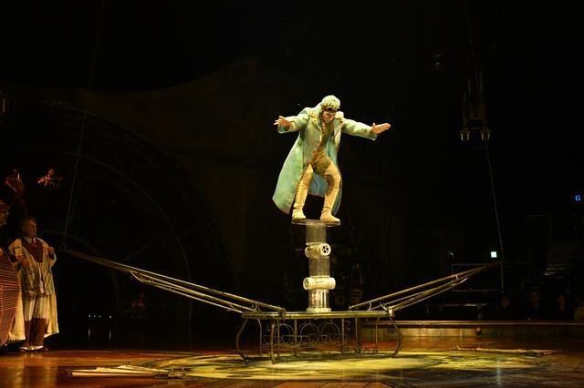 画像: 「ローラ・ボーラ」 筒や板を組み合わせた不安定な仕掛けの上で行われる人間離れしたバランスパフォーマンス。