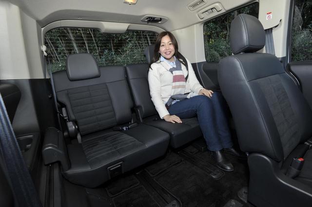 画像: サードシートもけっしてエマージェンシー用ではなく、大人がきちんと座れるシートなんですね。このデリカD:5シャモニーは3列目も3名座れ、乗車定員は8名です。
