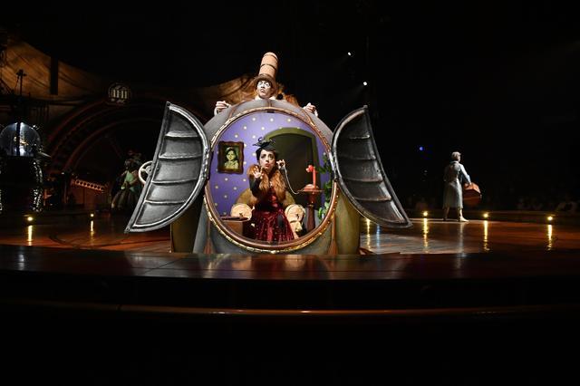 画像: テクノロジーの進化の化身「ミスター・マイクロコスモス」とそのお腹の中に住む、女優であり詩人である「ミニリリー」。キュリオスに顕れるキャラクターの中心的存在だ。