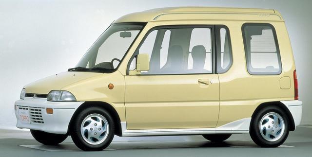 画像: 初代ミニカトッポ。車高の高さだけでなく、左右のドアの大きさが違うのが特徴。