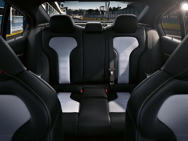 画像: 4ドアのM3をベースにするので、後席の足元も余裕あり。