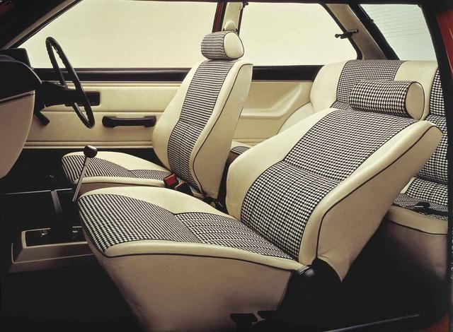 画像: フロントシートスライド量は180mmと、当時のコンパクトカーとしては圧倒的だった。