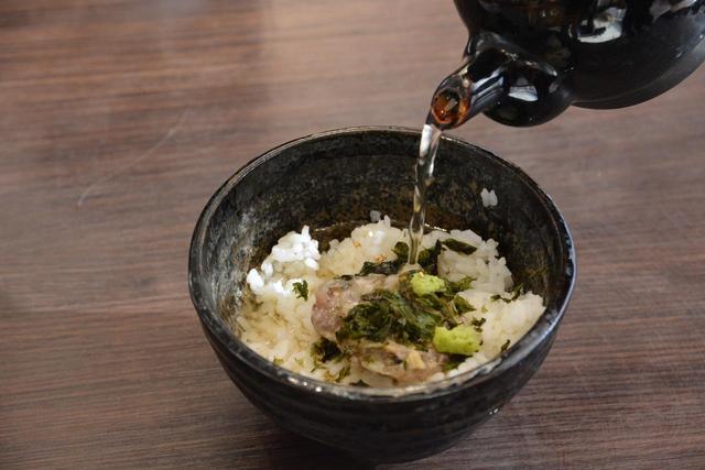 """画像: 温かいご飯に""""なめろう""""を入れ、出汁をかけていただくのが""""まご茶""""。""""さんが焼""""を入れるのも美味しい。"""